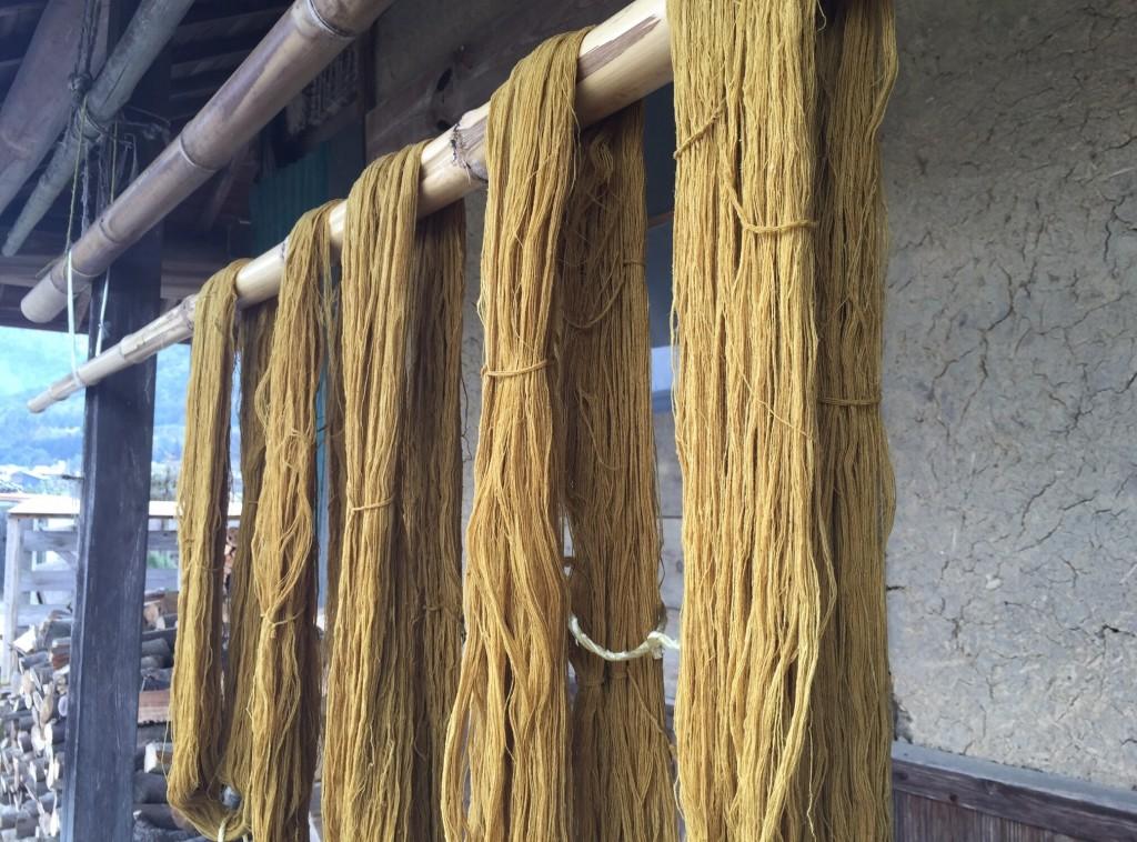 糸を干しています